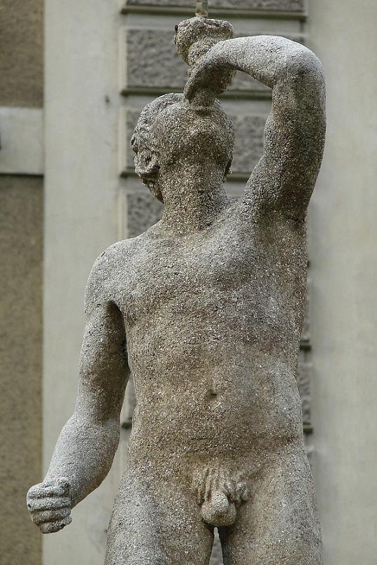 Antická socha s malým penisom