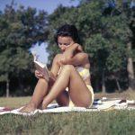 Čítanie erotických príbehov na pláži